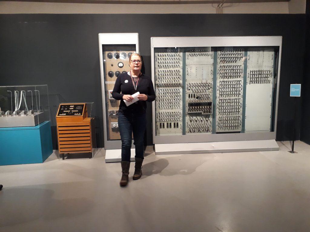 Saara Klemetti kierroksen opas ESKO tietokoneen edessä.