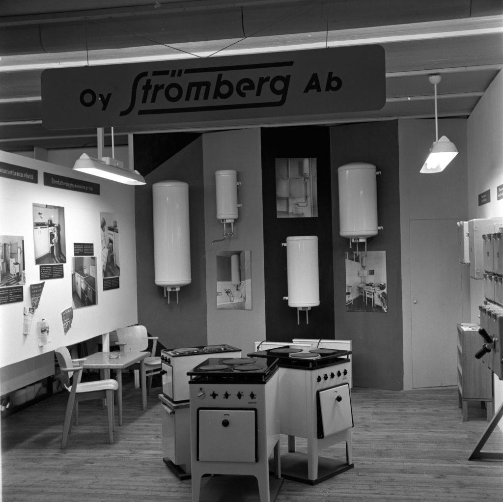 1950-luvun näyttelytilassa näkyy vanhoja liesiä.