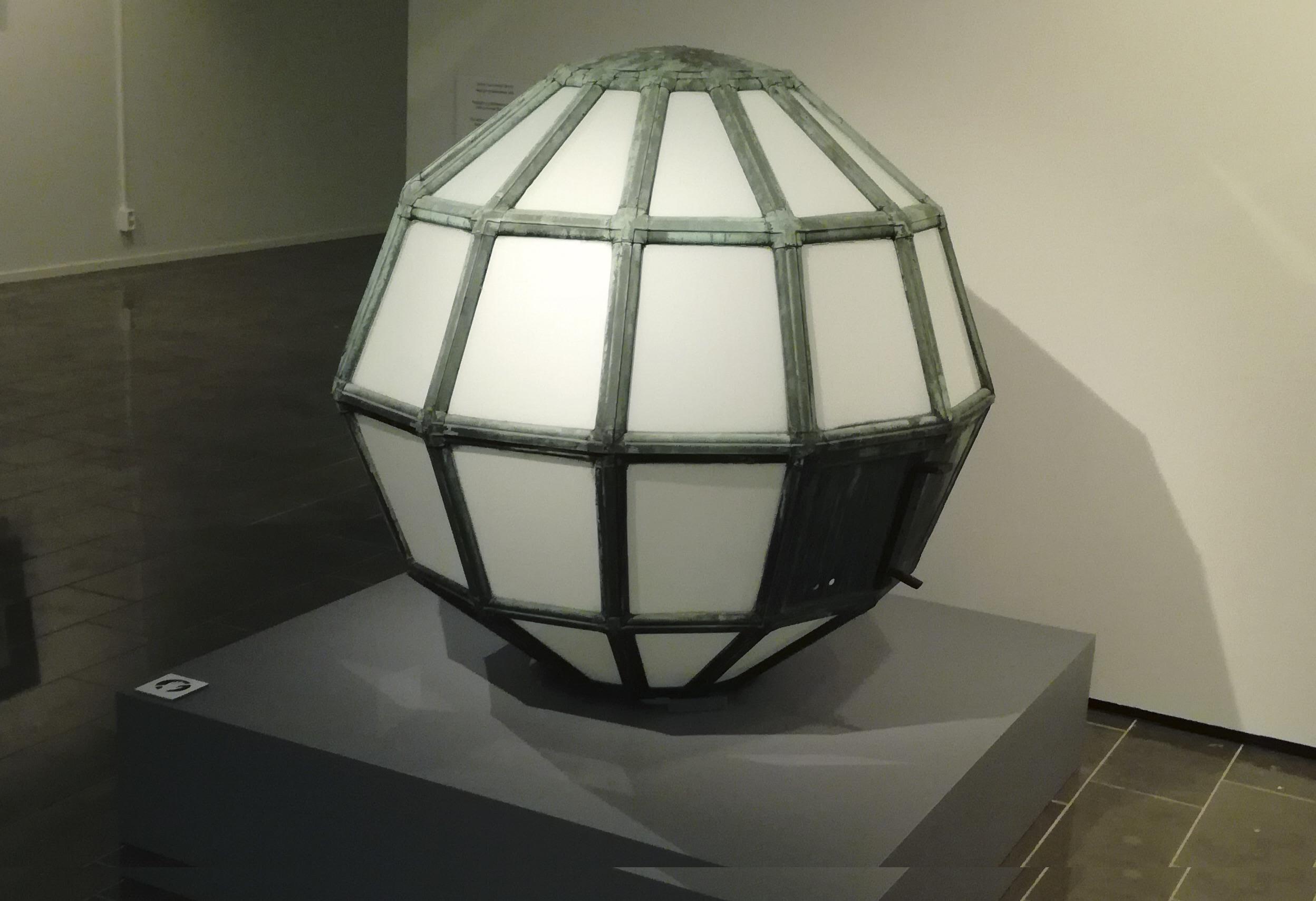 Pallon muotoinen Helsingin Rautatiemuseon Kivimiesten lyhty seisoo jalustalla museossa