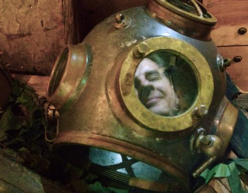 Syvasukeltajan kypärä Forum Marinumissa heijastaa kasvot.