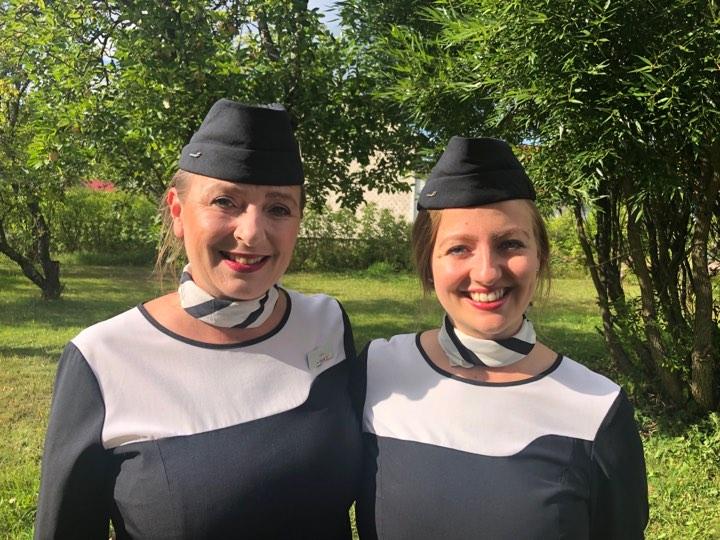 Äiti ja tytär Finnairin lentoemäntinä