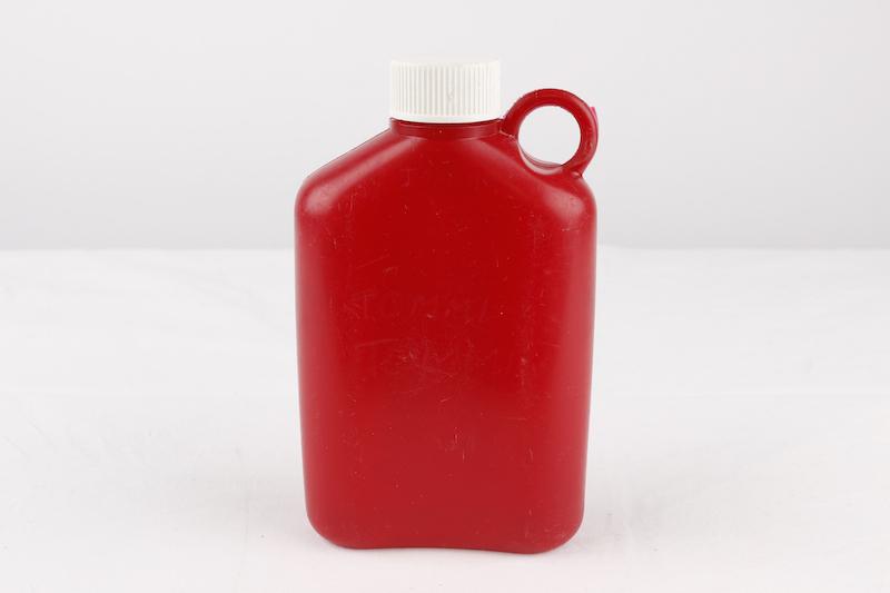 Plastexin kirkkaan punainen valkokorkkinen kerhopullo löytyy Tekniikan museon kokoelmista.