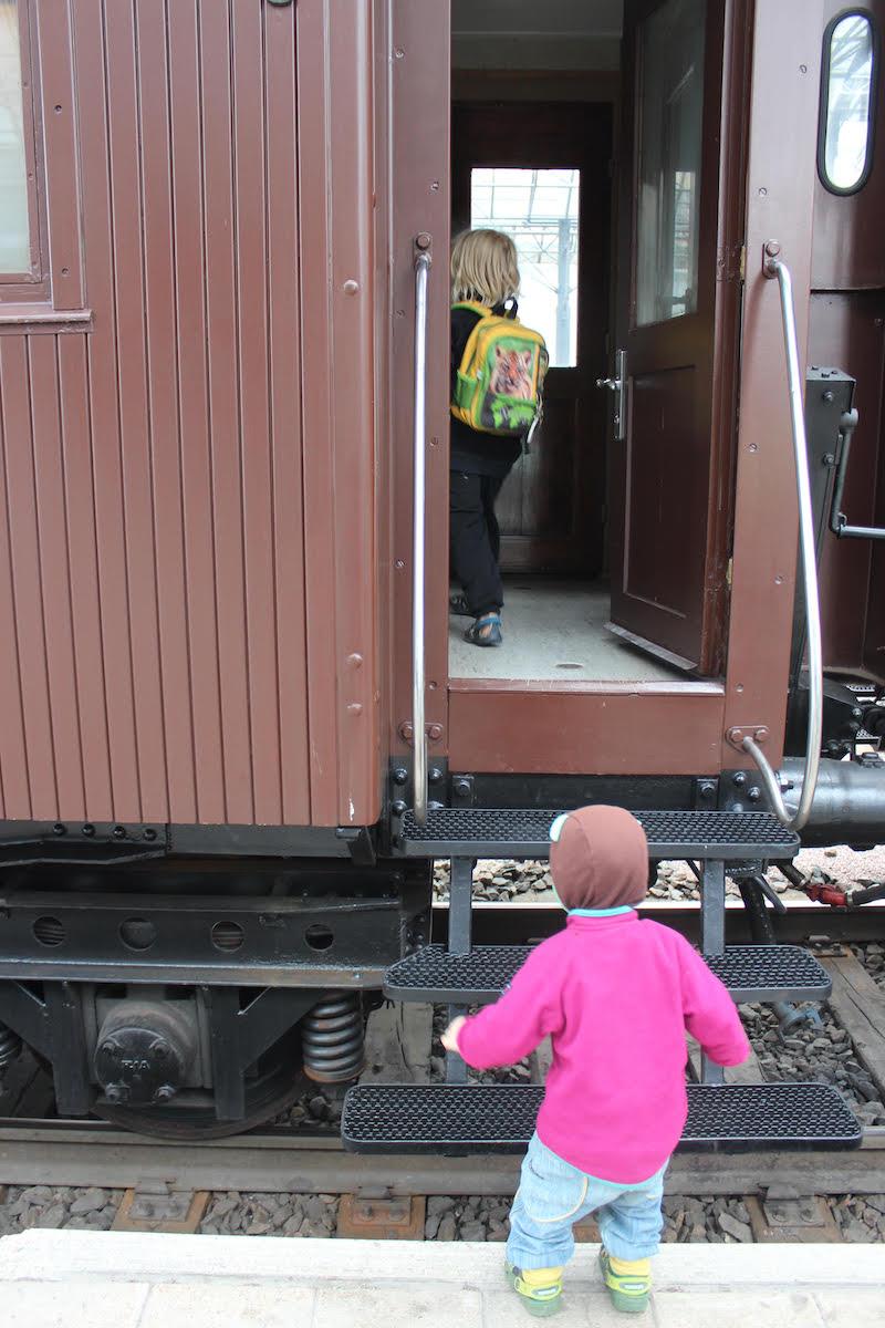 Junia tutkimassa Rautatiemuseopäivässä