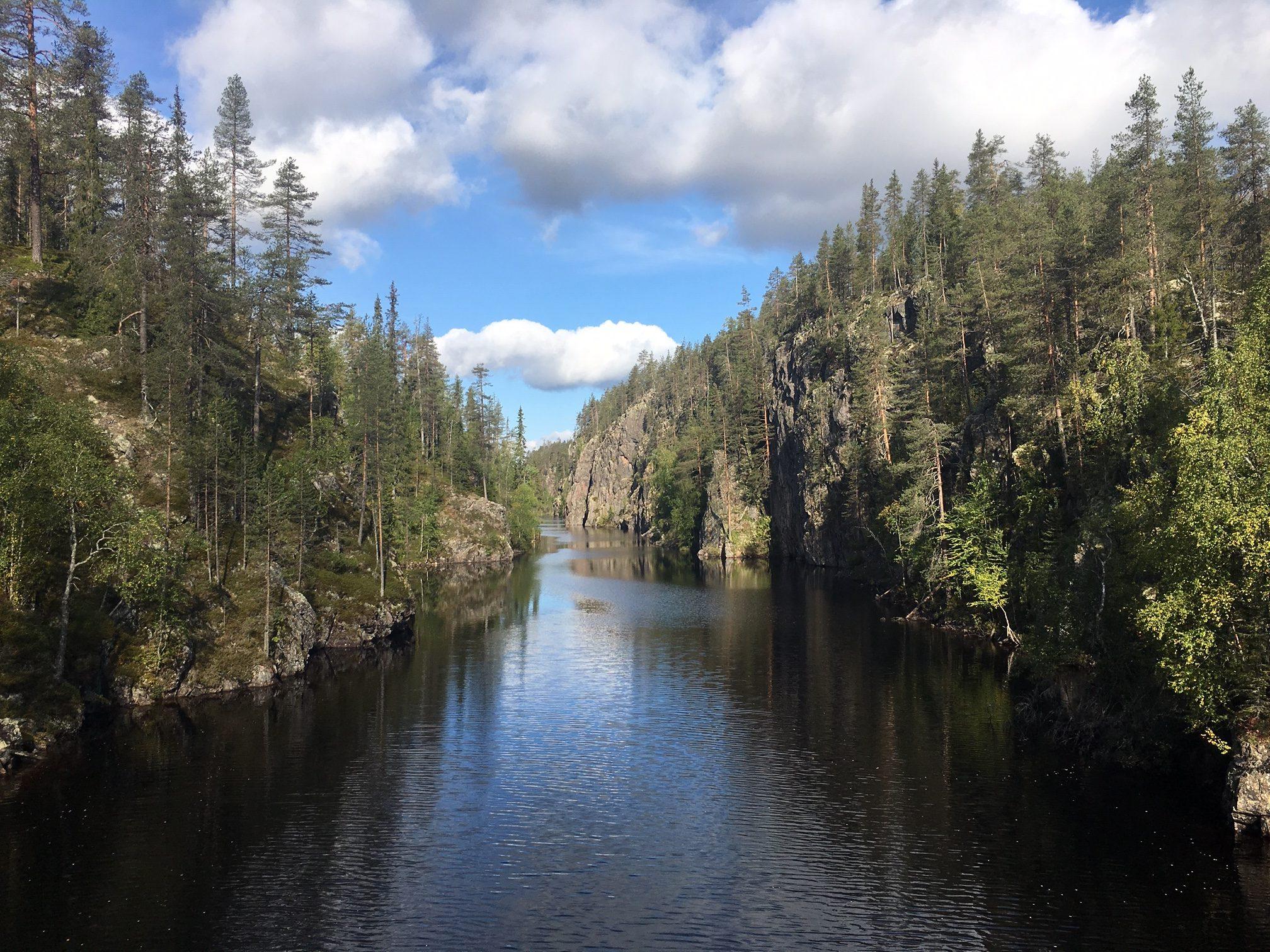 Hossan kansallispuistossa sijaitseva jylhä rotkojärvi Julma-Ölkky oli syksyinen retkikohteeni
