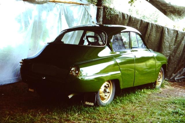 Vihreä Saab96 maalattiin puiden väliin pingotettujen pressujen suojassa.