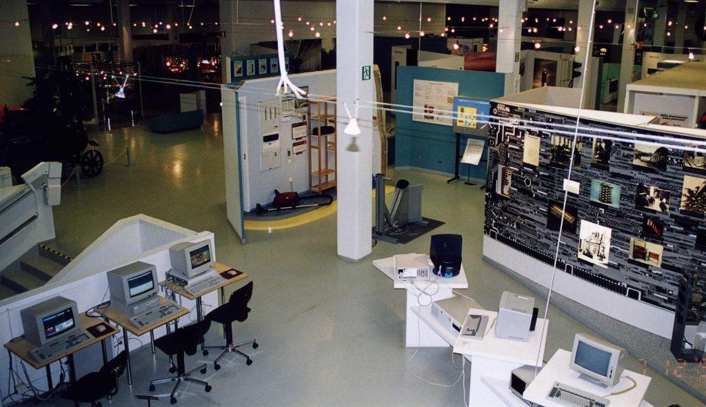 Tekniikan museon näyttelytiloissa 90-luvulla oli tietokoneita ja hämyisä valaistus.
