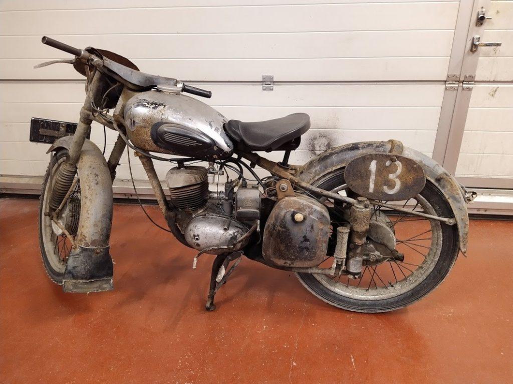 Entisöimättömässä moottoripyörässä näkyy ajan patina