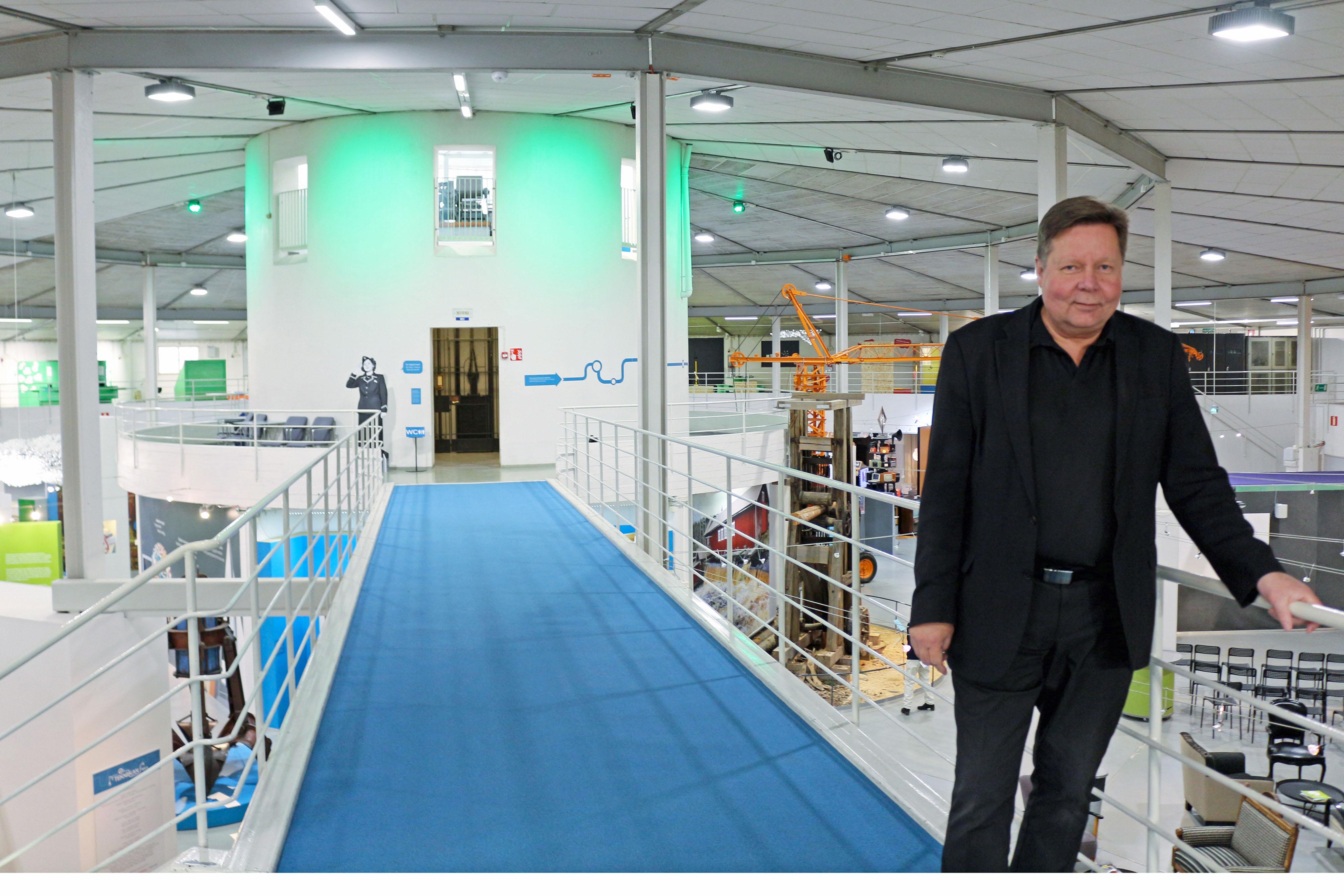Museoinsinööri Raimo Paappa hymyilee työpaikallaan Tekniikan museon näyttelytiloissa