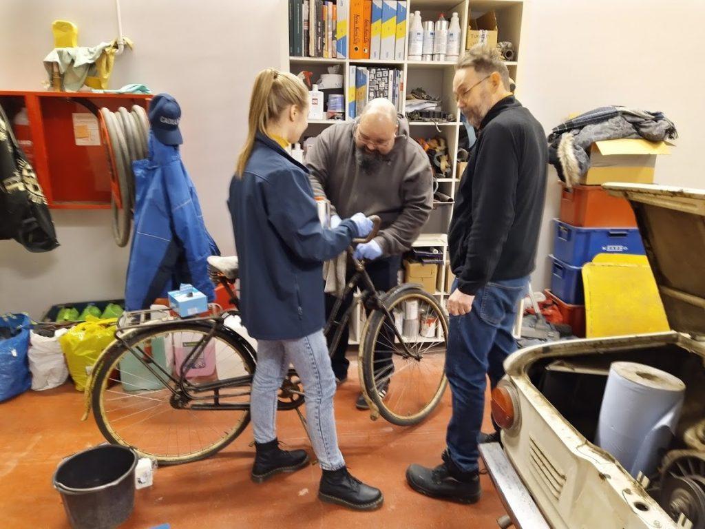 Tylpajalaisia vanhan polkupyörän kunnostustöissä