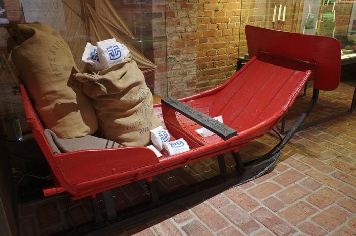 Merimieskirkon paperilla paketoituja lahjoja on pinoittain juuttisissa säkeissä.
