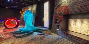 Näkymä näyttelystä. Pehmeä jättikokoinen mustekala etualalla.