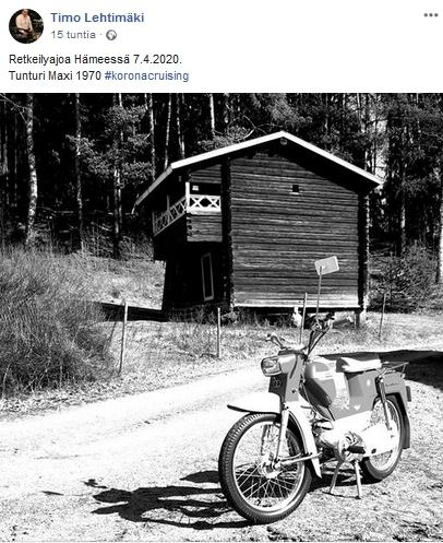 Tunturi Maxi kuvattuna vanhan aitan edessä Hämeessä kesken retkeilyajon