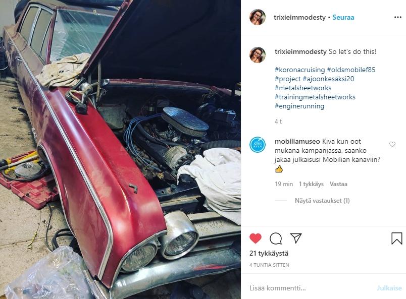 Punainen Oldsmobile konepelti auki korjattavana kesän ajokautta varten
