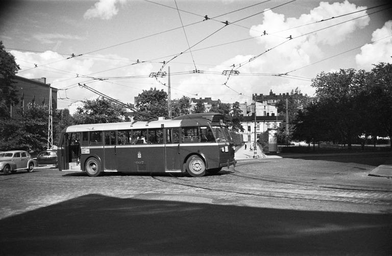 Mustavalkokuvassa johdinauto ylittää risteystä Helsingissä.