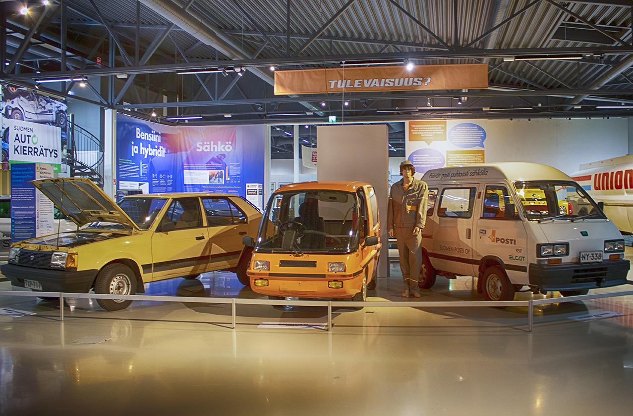 Tankit täyteen näyttelyn sähköautorivissä on vaalea Talbot, postinoranssa Finnvan ja valkoinen Elcat cityvan.