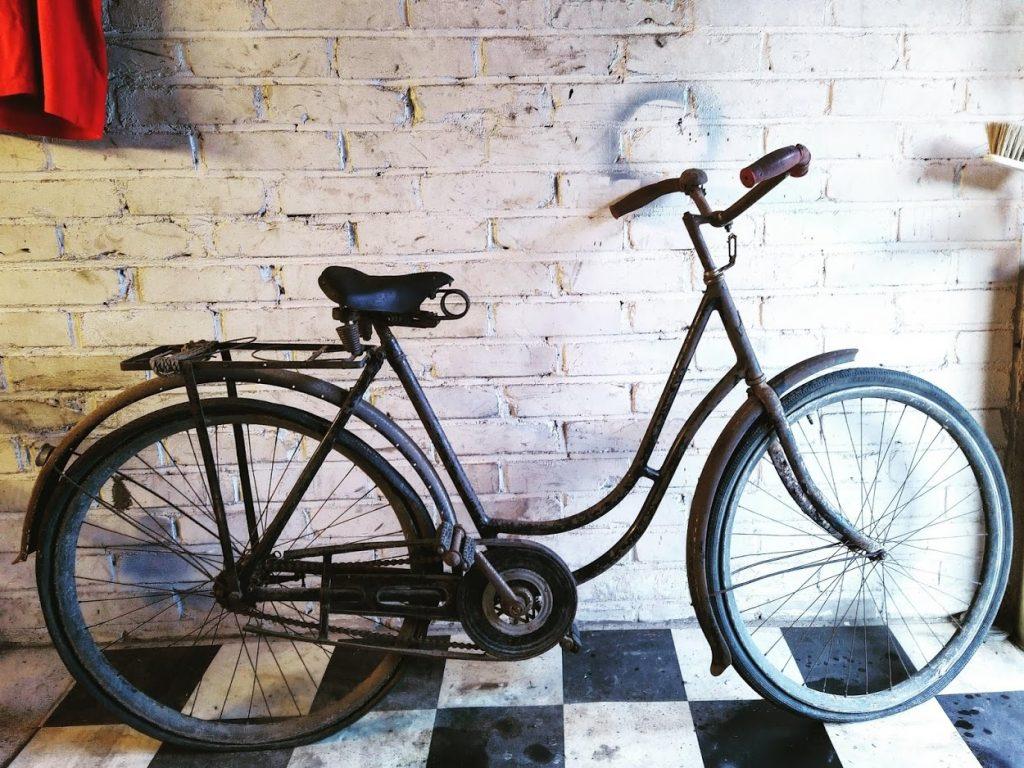Alkuperäiskuntoinen Victoria-merkkinen naistenpolkupyörä 1920-luvulta puuvanteineen.