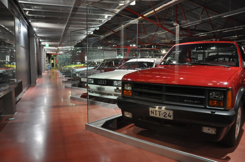 Näyttelyssä urheilullinen pick-up Dodge Dakota Shelby sekä rallimaailmasta tuttu Audi Quattron valkoinen katuversio.