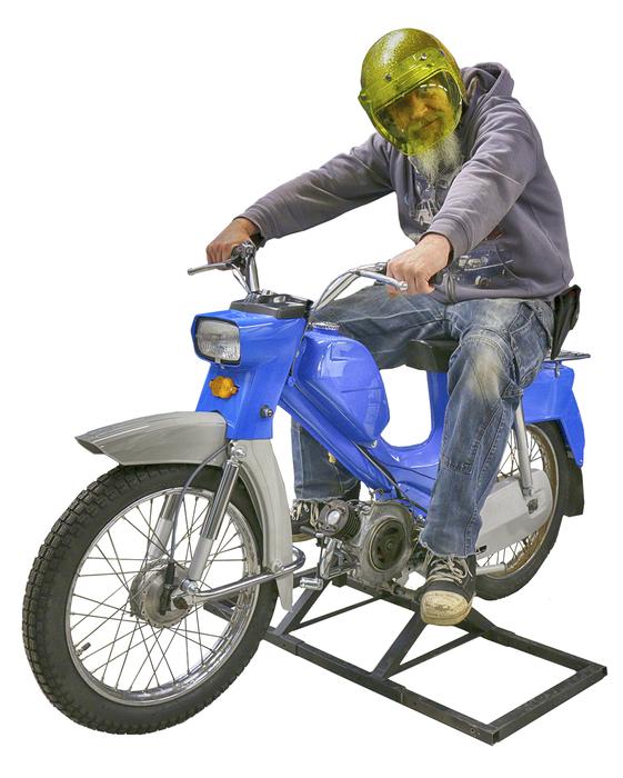 Rouheasti pukeutunut mies istuu ajoasennossa sinisen Pappatunturin kyydissä.