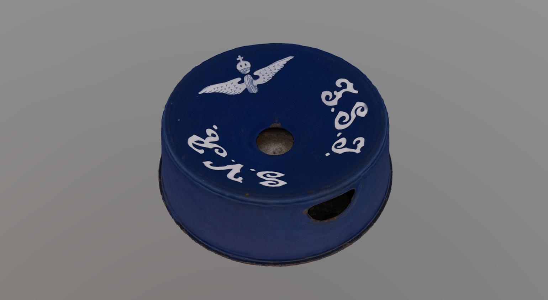 Sininen emaloitu sylkykuppi junista, siipipyörätunnus ja kirjaimet SVR FSJ.