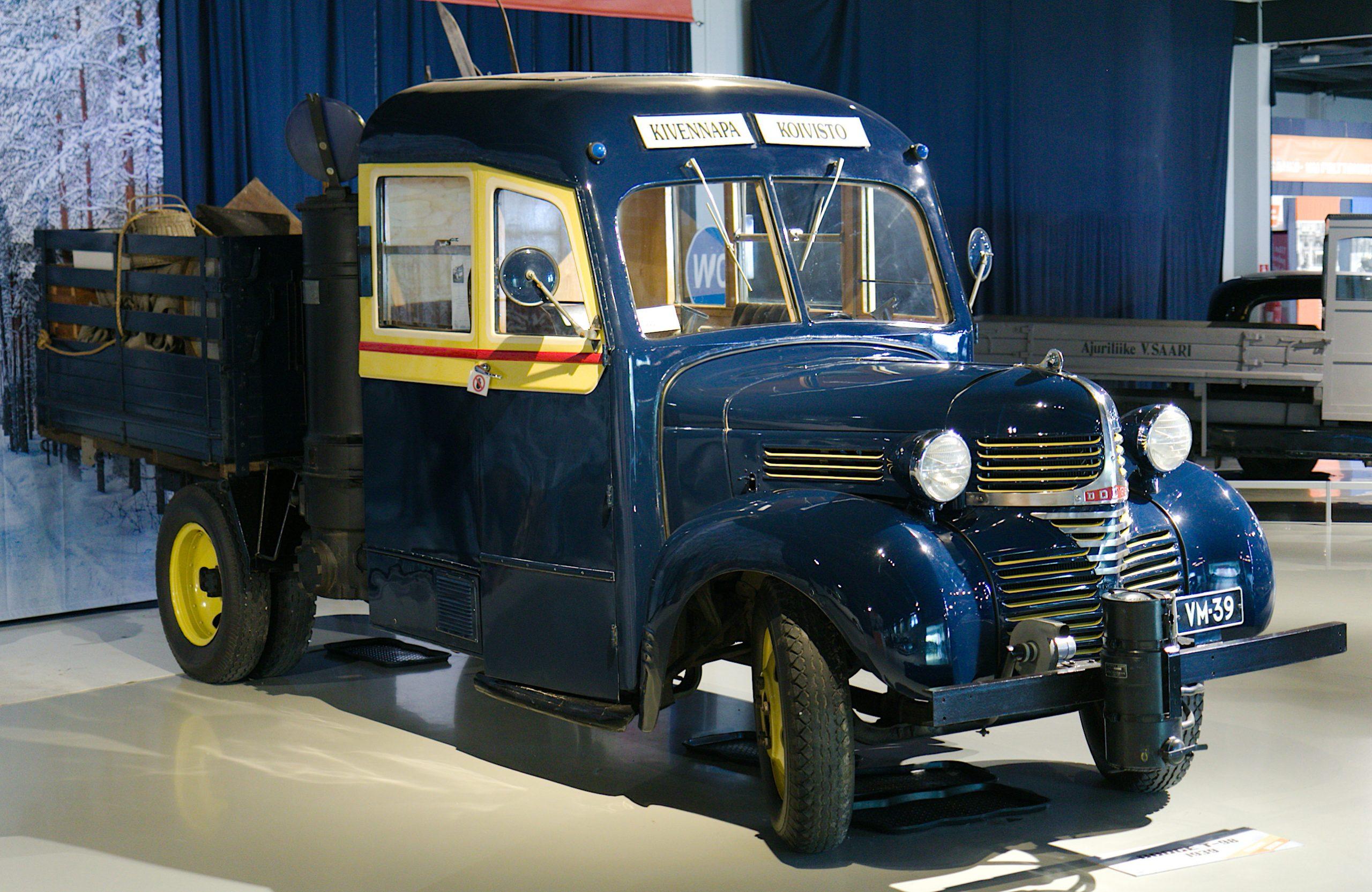 Tumman sinisessä seka-autossa on pitkähkö matkustamo ja sen takana lava tavaroiden kuljetukseen. Häkäpönttö on kiinnitetty matkustamon ja lavan väliin.