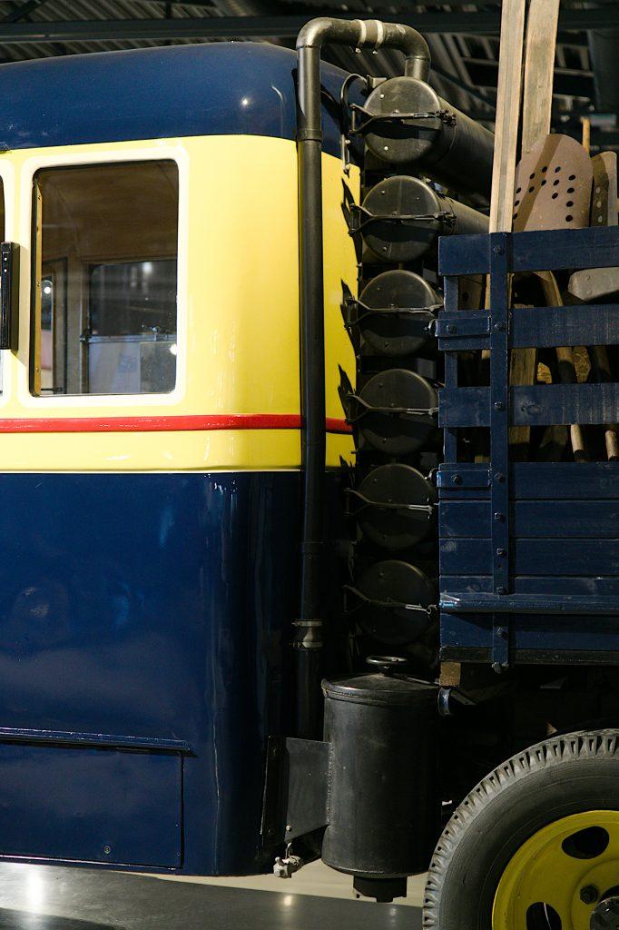 Häkäpöntön suodattimet ovat ison putken mallisia ja niitä on useita päällekkäin auton matkustamon ja lavan välissä.