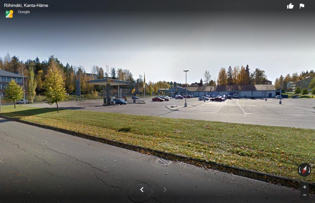 Katunäkymä ST1-kylmäasemalle ja Lidlin parkkialueelle.