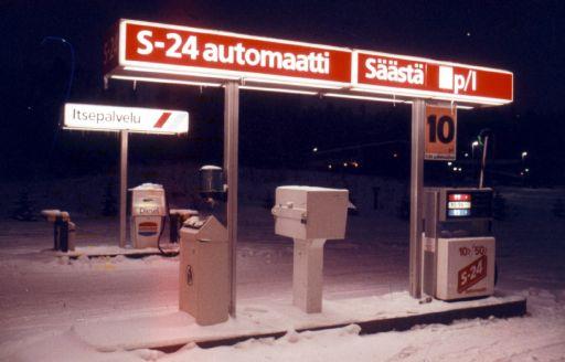 80-luvun lumenpeittämä kylmäasema iltapimeydessä.