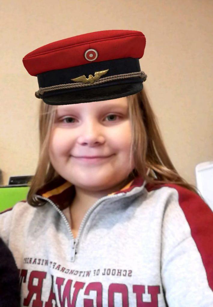 AR-sovellukseta oleva kuva tytöstä virkalakin 3D-mallinnos päässään.