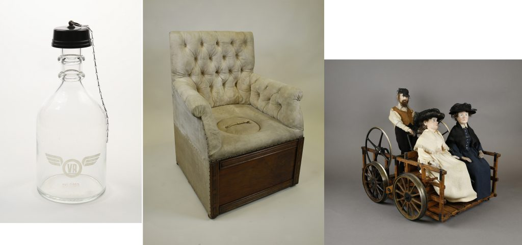 Valtionrautateiden vesikarahvi, keisarillinen WC-istuin ja resiinapienoismalli nukeilla.