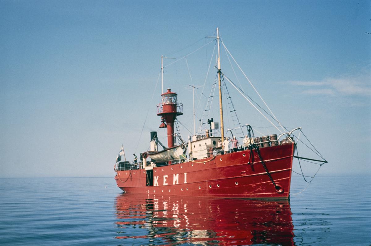 Punainen majakkalaiva Kemi tyynessä kesäsäässä. Sininen meri ja taivas.