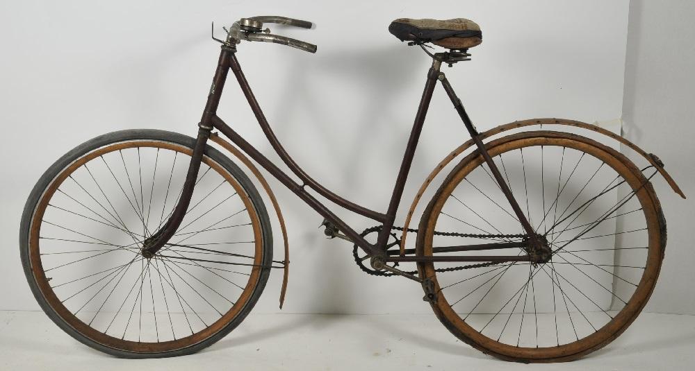 Yhdysvaltalainen Defiance-naistenpyörä, jossa oli ketjuvälitys jo 1900-luvun alussa.