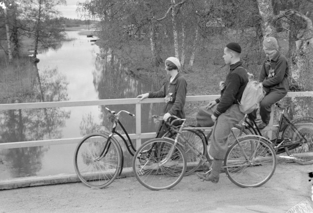 Kolme nuorta sillankaiteen vierellä sotia edeltäneellä ajalla mustavalkokuvassa.