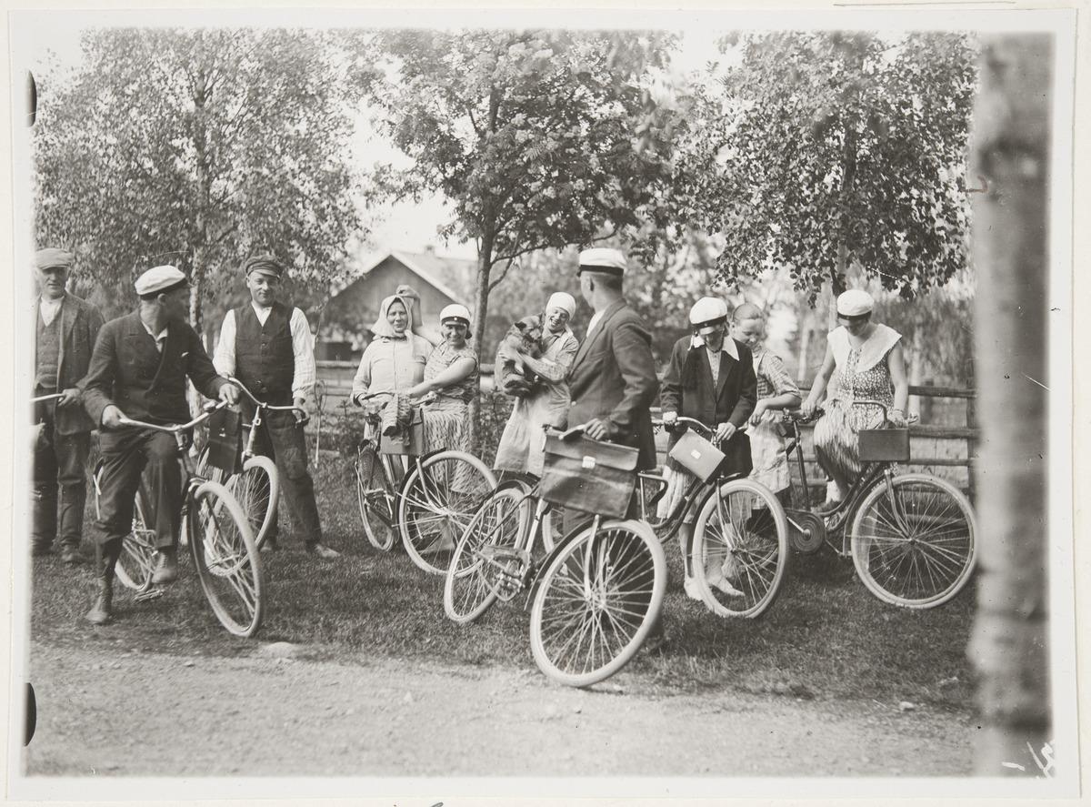30-luvun mustavalkokuvassa satakuntalaisia nuoria kotiseuturetkellä polkupyörien kanssa.