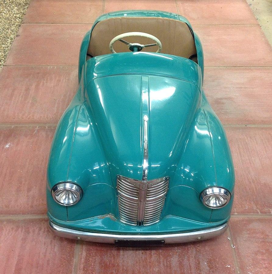 Turkoosinvärinen pyöreämuotoinen muovinen Austin polkuauto.