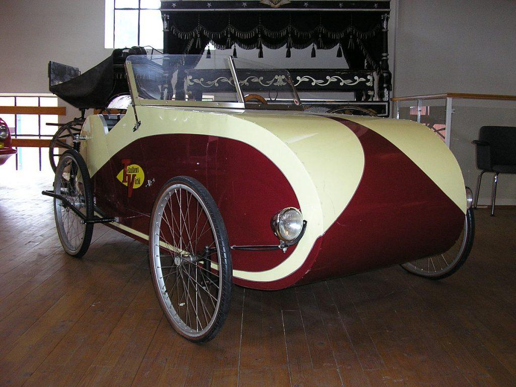 Kaksipaikkaisessa Fantom-kinnerissä on polkupyörän renkaita muistuttavat renkaat. Väriltään puna-valkoinen.