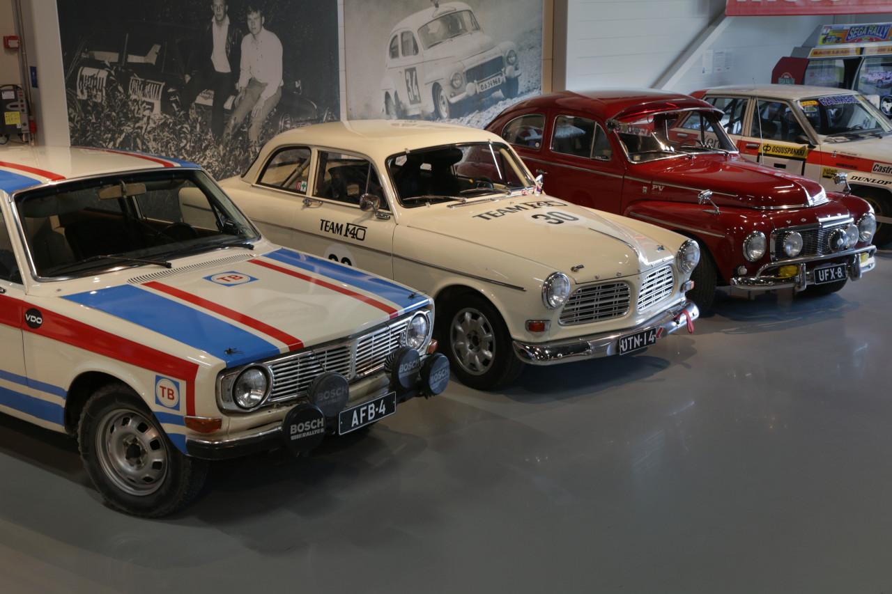RAllimuseossa komea Volvo-rivistö 60- ja 70-luvuilta. Nähtävillä valkoinen Volvo 544 sini-punaisin ralliraidon, valkoinen Volvo Amazon ja punainen Volvo 142.
