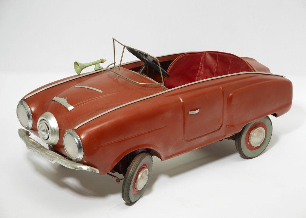 Punainen polkuautoa hopeisin tehostein muistuttaa malliltaan 1950-luvun Studebakeria. Auto tehty Neuvostoliitossa 1970-luvulla muovista.