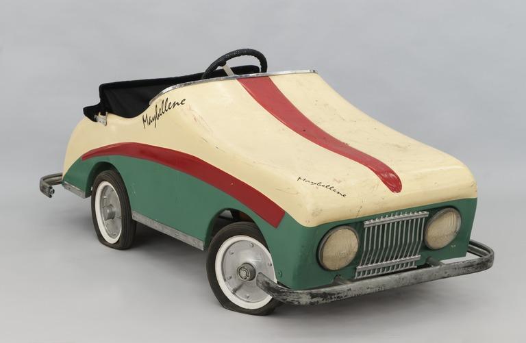 1970-lukuinen Maybellene Combi Coupé -polkuauto on väriltään vihreä-valkoinen punaisin tehosteraidoin.