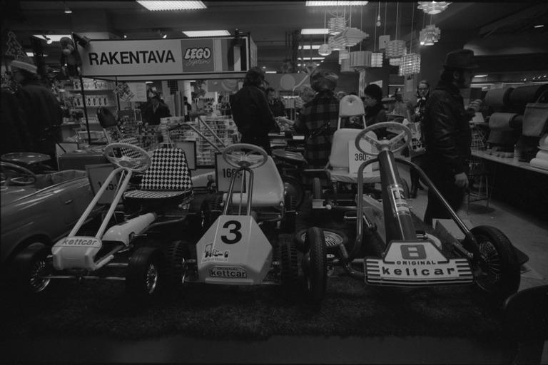 Joulusesonki Stockamannin tavaratalossa 1972: myynnissä putkirunkoisia urheiluautoiksi tehtyjä polkuautoja.