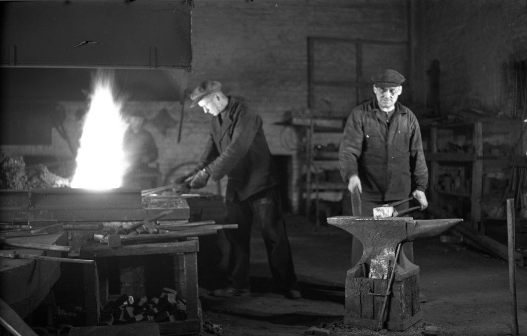 Työmiehiä Pitäjänmäen tehtaan pajalla