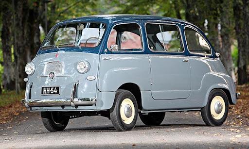 Fiat Multipla on minikokoinen tila-auto. Väritys on kaksiosainen, alaosa harmaansininen ja ikkunalinjasta ylöspäin tummansininen. Auto on kuvattu puistotiellä.